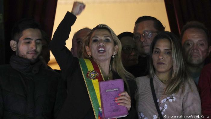 Jeanine Áñez el 12.11.2019, declarándose presidenta interina, con una Biblia en la mano, en el Palacio Quemado, la casa de Gobierno de Bolivia.