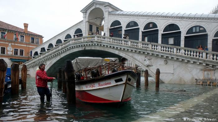 Flooding at the Rialto Bridge in Venice (Reuters/M. Silvestri)