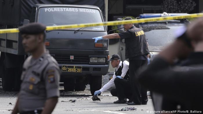 Indonesien | Anschlag auf Polizeiwache in Medan (picture-alliance/AP Photo/B. Bakkara)