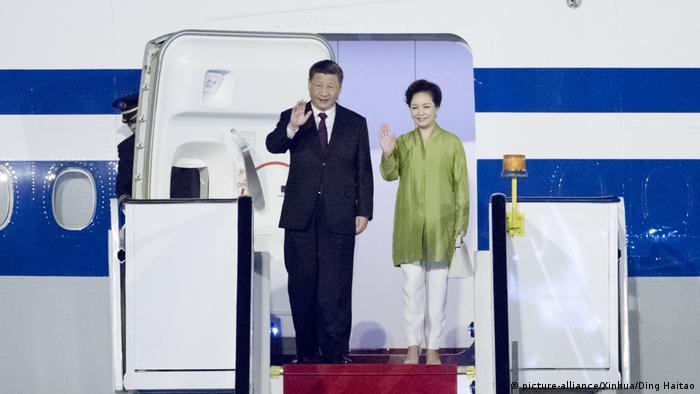 Presidente chinês Xi Jinping e a esposa desembarcam em Brasília