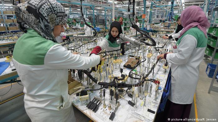 Arbeiterinnen beim Autozulieferer Dräxlmaier in Siliana (Tunesien)