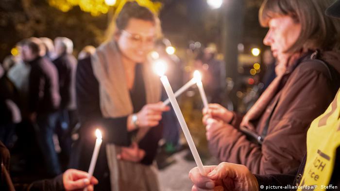 Deutschland Lichterkette vor der Synagoge in Hannover