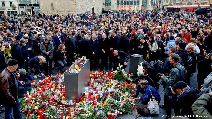 Blumen auf dem Martkplatz in Halle nach dem antisemitischen Angriff