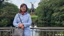 EinschränkungNur in Verbindung mit dem Lehrerporträt verwenden TitelLehrerporträt Madina aus Tadschikistan BeschreibungPorträtfoto der Deutschlehrerin Madina aus Tadschikistan mit der Siegessäule im Hintergrund CopyrightPrivat