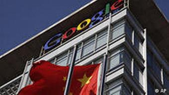 China Internet Google Logo und Flagge in Peking