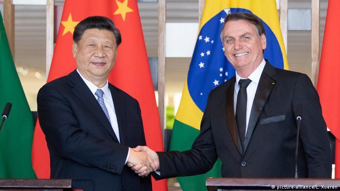 Xi Jinping aperta mão de Jair Bolsonaro