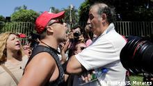 Der Anhänger von Venezuelas Maduro argumentiert mit Guaidos Anhänger vor der venezolanischen Botschaft in Brasilia