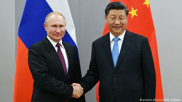 BRICS - Putin und Xi Jinping (picture-alliance/AP/R. Sitdikov)