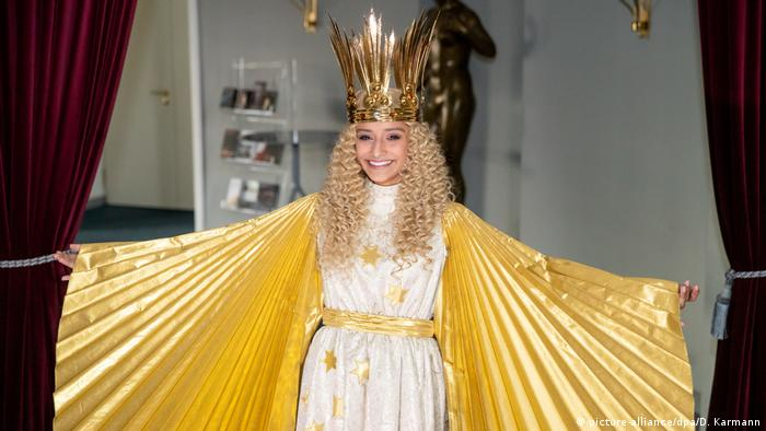 Nuremberg student Benigna Muns in costume dressed as the Christ Child (picture-alliance/dpa/D. Karmann)
