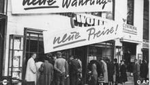 File - (AP) Neue Waehrung - neue Preise! Mit diesen Worten sucht am Berliner Kurfuerstendamm ein Textil-Geschaeft die nach der Waehrungsreform weggebliebenen Kunden heranzulocken. (AP-Photo) 1948 (Photo für Kalenderblatt)