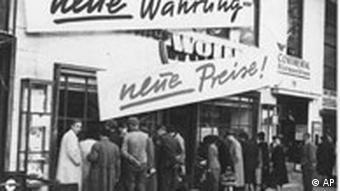 Menschen stehen vor einem Geschäft SChlange nach der Währungsreform 1948