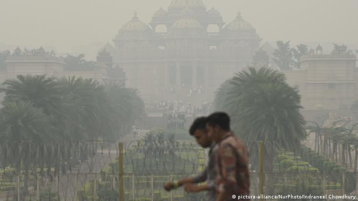 Smog in from of a temple in New Delhi