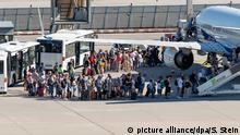 Deutschland l Luftverkehr am Frankfurter Flughafen l Passagiere steigen in Flugzeug ein