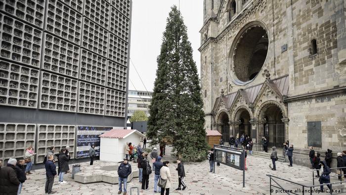 Bdt mit Deutschlandbezug l Aufrichten des Weihnachtsbaums an der Gedächtniskirche, Berlin (picture alliance/dpa/C. Koall)