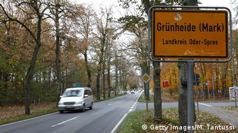 Машина на дороге и дорожный указатель на Грюнхайде
