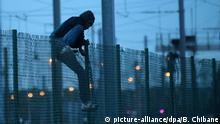 11 08 2015*** ©PHOTOPQR/VOIX DU NORD - Vie quotidienn dans la jungle a Calais. Le soir venu, les migrants tentent de penetrer sur le site d'Eurotunnel pour embarquer sur les trains et les camions. PHOTO : Baziz Chibane LA VOIX DU NORD LE 11 08 2015  