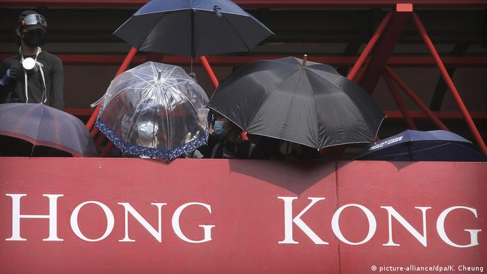 Umbrellas above a sign reading Hong Kong (picture-alliance/dpa/K. Cheung)