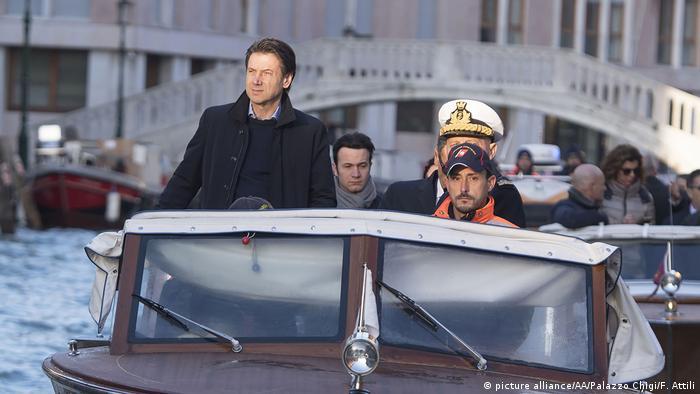 Viaje a través del acqua alta: Giuseppe Conte, primer ministro de Italia, recorre Venecia inundada.