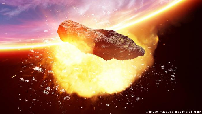 Illustration eines Asteroides, der die Oberfläche des Planeten trifft (Imago Images/Science Photo Library)