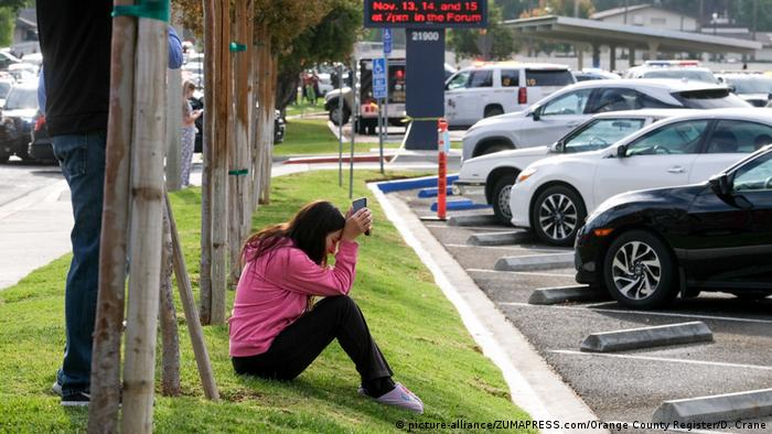 A woman holds her head after a shooting at Saugus High School in Santa Clarita, California (picture-alliance/ZUMAPRESS.com/Orange County Register/D. Crane)