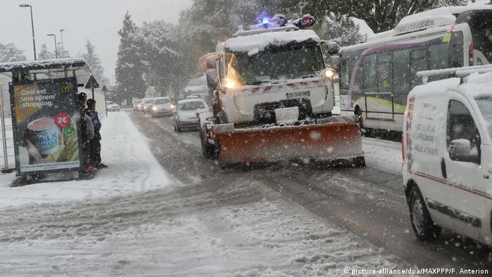 As snow plough drives along a snowy road in France (picture-alliance/dpa/MAXPPP/F. Anterion)