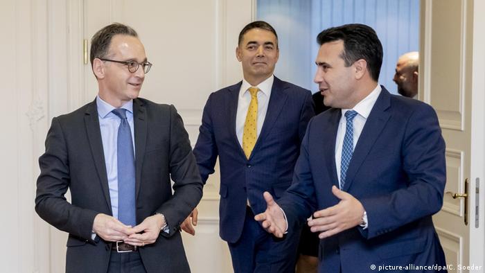 El Ministro Alemán de Asuntos Exteriores, Heiko Maas, con el Ministro de Asuntos Exteriores de Macedonia del Norte, Zoran Zaev (drcha.) en Skopje, el 13.11.2019.
