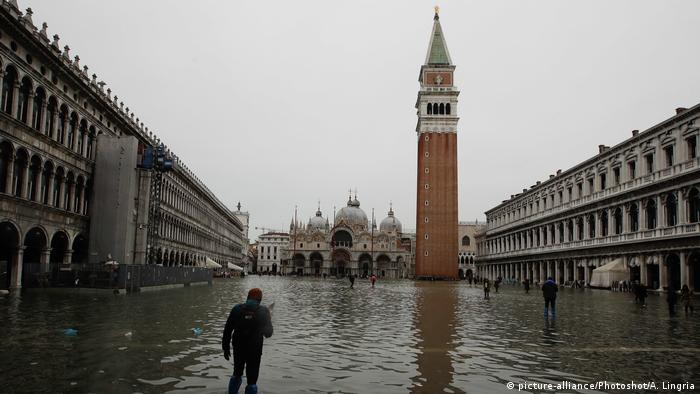 Flooded St. Mark's Square (picture-alliance/Photoshot/A. Lingria)