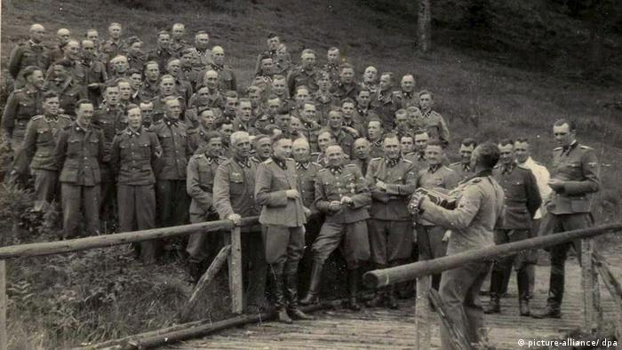Nazistowskie rozrywki w Auschwitz-Birkenau. W pierwszym rzędzie (piąty od lewej Josef Mengele)