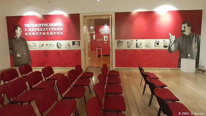 Velike slike Tita i Staljina na zidu