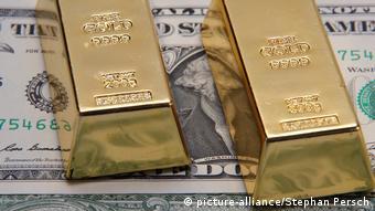 Слитки золота и доллары