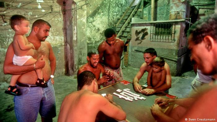 В задните дворове на колониалните вили в Хавана, по улицата или в парковете местните жители се срещат, за да играят шах или домино. Задружността на хората измества на заден план занемареността на сградите.