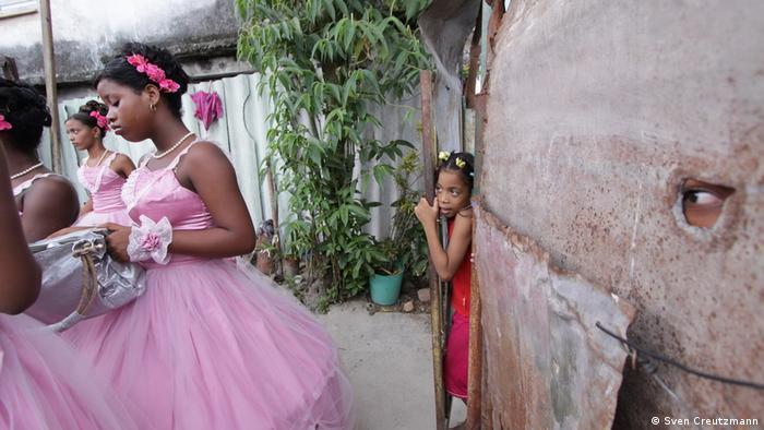 Една хубава традиция оцелява в кубинския социализъм: помпозният празник за 15-ия рожден ден на младите кубинки се отбелязва и до днес с много настроение. Облечени в розово, окичени с цветя и тюл младите кубинки преминават по улиците на Хавана.
