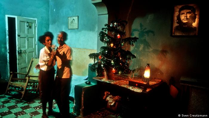 Хавана, моя любов! Тази двойка танцува унесено пред коледното дърво и пред портрета на революционера Че Гевара. Романтична Свята нощ от 1992, каквото може да се случи само в Куба.