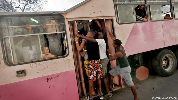 В Хавана го наричат просто камилата. Преустроените в автобуси камиони от 1990-те години са можели да превозват до 200 пътници. Все пак някогашната иновация днес вече не се използва.