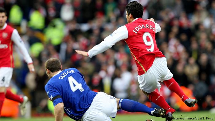 Großbritannien Premier League 2008 | Birmingham City - Arsenal London | Martin Taylor & Eduardo da Silva (picture-alliance/dpa/S. Pond)