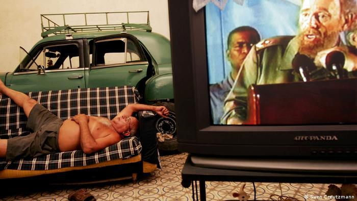 Олдтаймерът е паркиран в хола, до дивана и до телевизора, по който върви реч на Фидел Кастро. Подобна картинка вероятно може да се види само в кубинската столица.