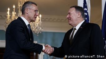 El secretario general de la OTAN, Jens Stoltenberg (izq.), estrecha la mano del secretario de Estado, Mike Pompeo, durante la reunión que sostuvieron en Washington el jueves 14.11.2019.