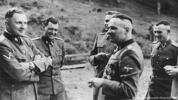 Рудолф Хьос (на преден план отдясно) заедно с офицери от СС през 1944 година