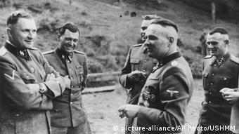 Комендант Освенцима Рудольф Хёс (второй справа) с офицерами СС, май 1944 года