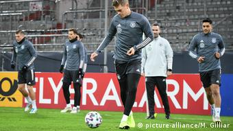 Matthias Ginter (M.) beim Ball-Training im DFB-Team (picture-alliance/M. Gilliar)
