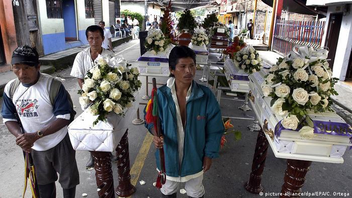 Foto de indígenas Awá en entierro de 12 personas asesinadas en 2009.
