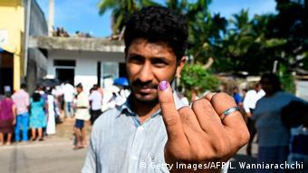 Foto de hombre que muestra su dedo pintado como prueba de que ya votó en Sri Lanka.