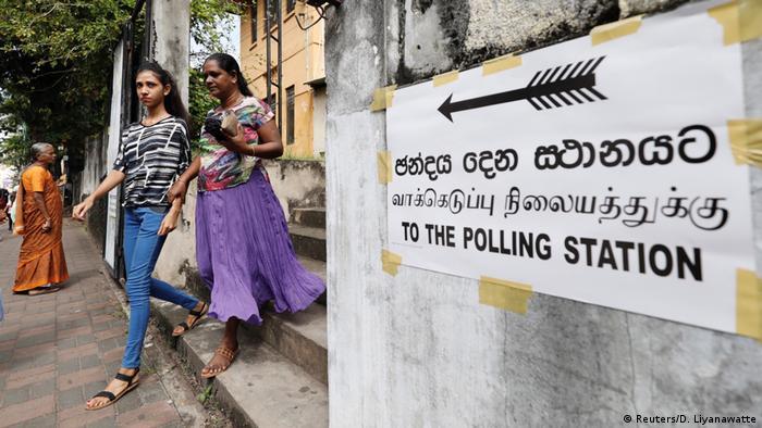 Foto de dos mujeres saliendo de un centro electoral de Sri Lanka.