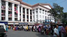 Indien West Bengal Kalkata Krankenhaus Schlange Patienten