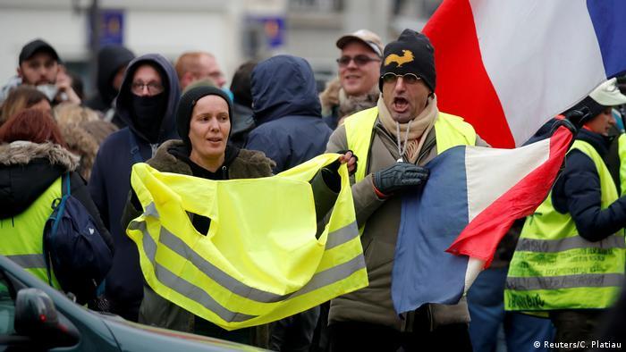 Demonstracja w Paryżu w rocznicę protestu żółtych kamizelek we Francji, 16 listopada 2019 r.