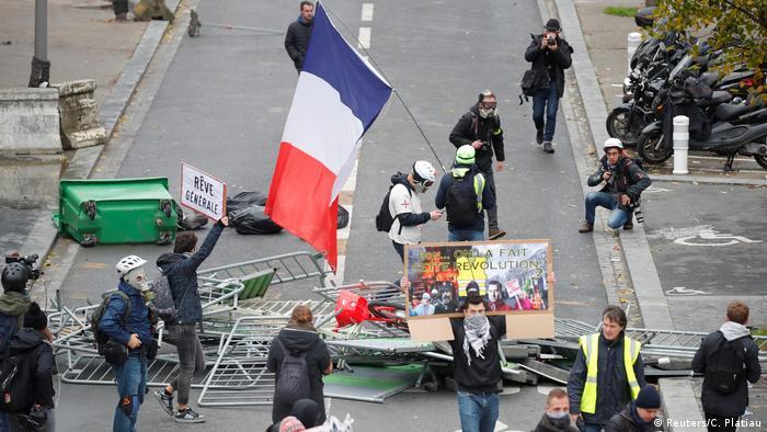Yellow vest roadblock in Paris (Reuters/C. Platiau)