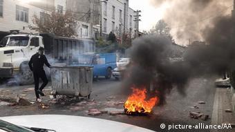 در برخی از شهرهای ایران با آتش زدن در خیابانها اعتراضات ادامه پیدا کرد
