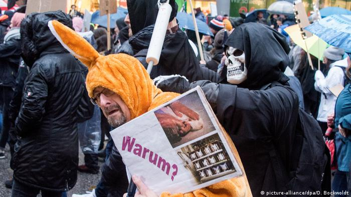 Demonstrators against animal cruelty (picture-alliance/dpa/D. Bockwoldt)