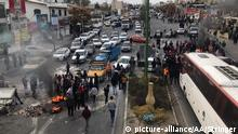 TEHRAN, IRAN - NOVEMBER 16: Protesters set fire as they block the roads during a protest against gasoline price hike at Damavand of Tehran, Iran on November 16, 2019. Stringer / Anadolu Agency | Keine Weitergabe an Wiederverkäufer.