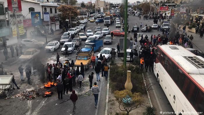Iran l Proteste gegen höhere Benzinpreise (picture-alliance/AA/Stringer)